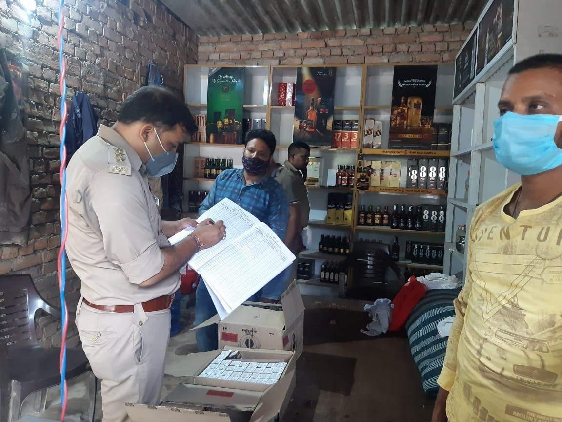 डीएम के निर्देश पर आबकारी विभाग ने बिहार बॉर्डर शराब की दुकानों की चेकिंग दिए गए सख्त निर्देश