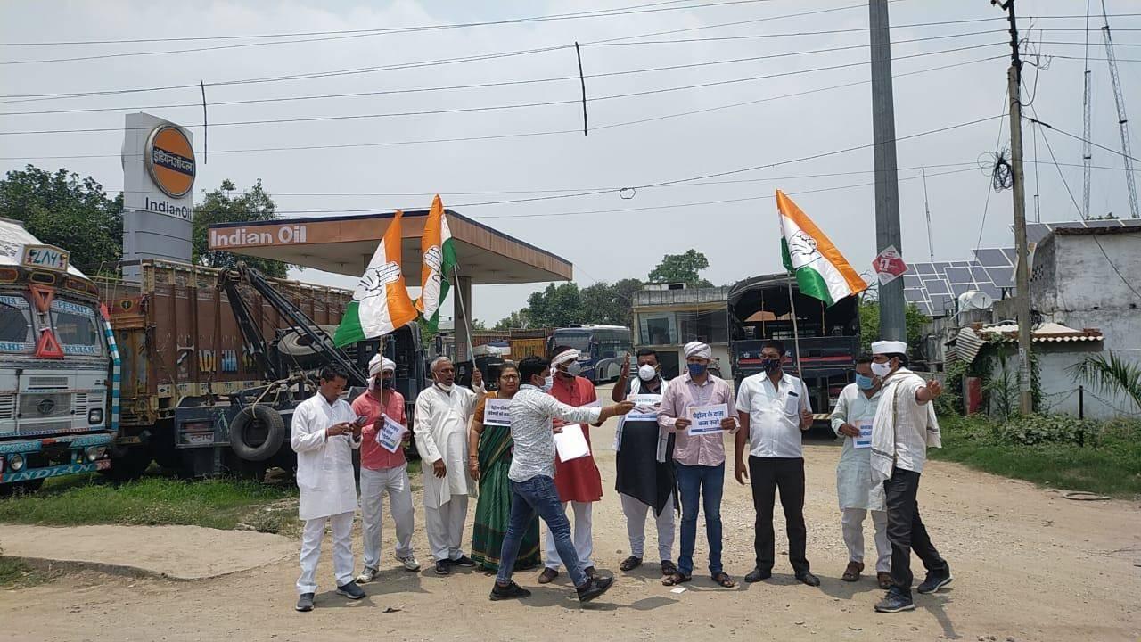 महंगाई के विरोध में GT रोड व पेट्रोल पम्पों पर कांग्रेसजनों ने दिया धरना, देखें तस्वीरें