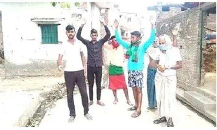 दिरेहूं गांव में गंदगी से क्षुब्ध होकर ग्रामीणों ने किया प्रदर्शन