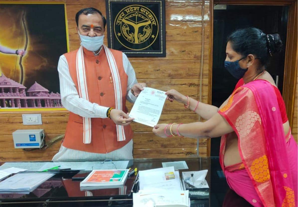 विधायक साधना सिंह ने क्षतिग्रस्त मार्ग के पुनर्निर्माण के लिये उपमुख्यमंत्री को सौंपा ज्ञापन