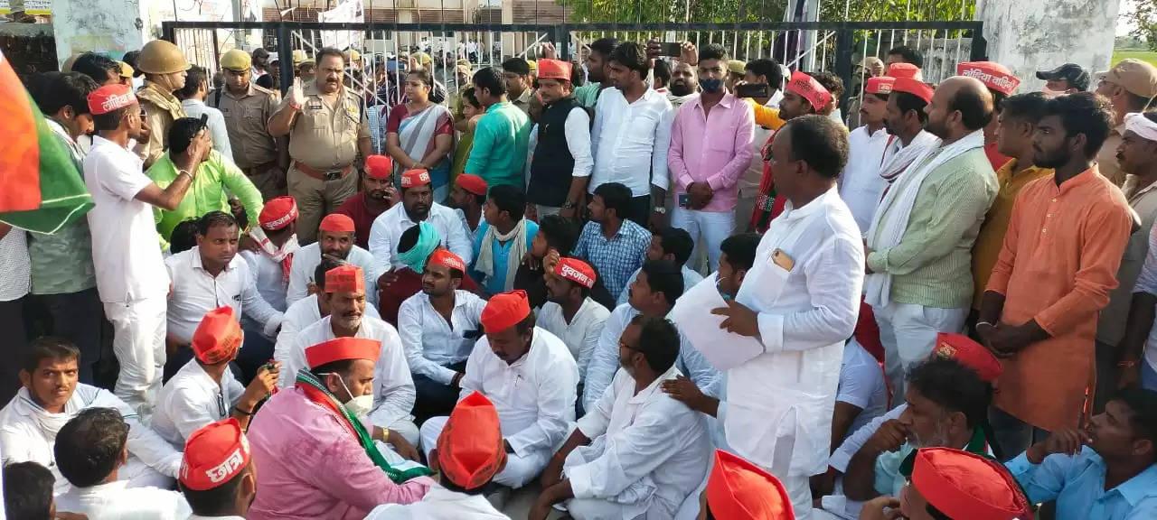 samajwadi party protest DM chandauli Office