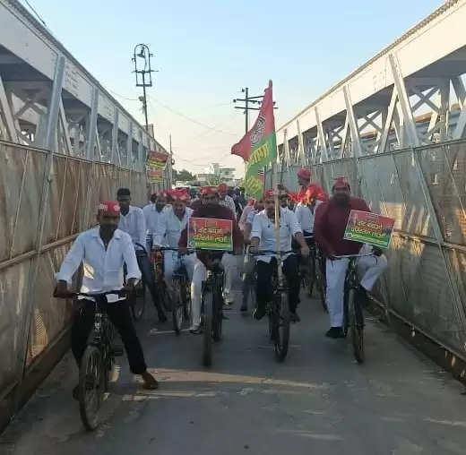 Samajwadi young students took out cycle rally